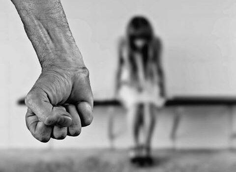 Wer Gewalt ausübt ist dafür verantwortlich. Auch heute noch wird insbesondere Frauen, die schon als Kinder sexuelle Übergriffe erlitten, immer noch das Gegenteil vermittelt. Anne Kathrin Frihs räumt damit auf.