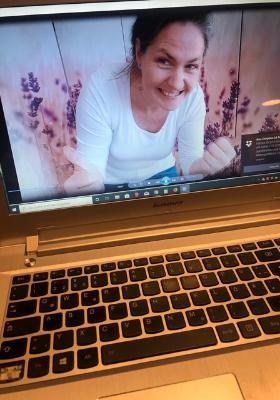 Anne Kathrin Frihs in ihrem Onlinekurs für alleingeborene Zwillinge zu den Themen Abgrenzung und Wahrnehmungssteuerung_Foto: Anne Kathrin Frihs